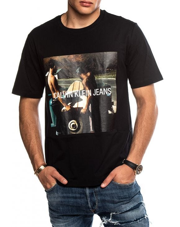 PHOTO S/BOARD INSTITUTIONAL T-SHIRT IN BLACK