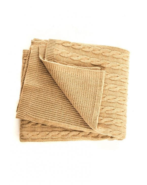 CABLE KNIT BLANKET IN CAMEL