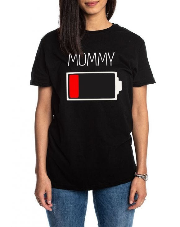 MOMMY CHARGE CAMISETA NEGRA